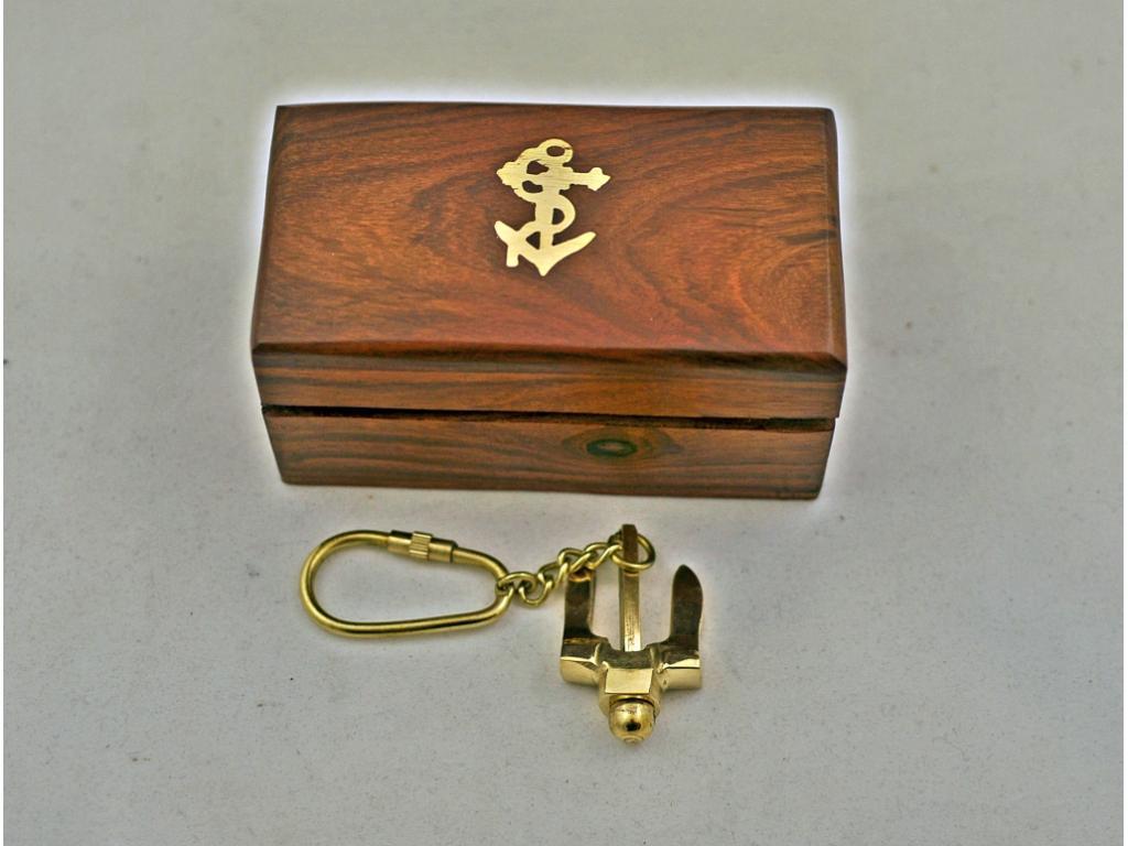 Ключодържател в дървена кутия.
