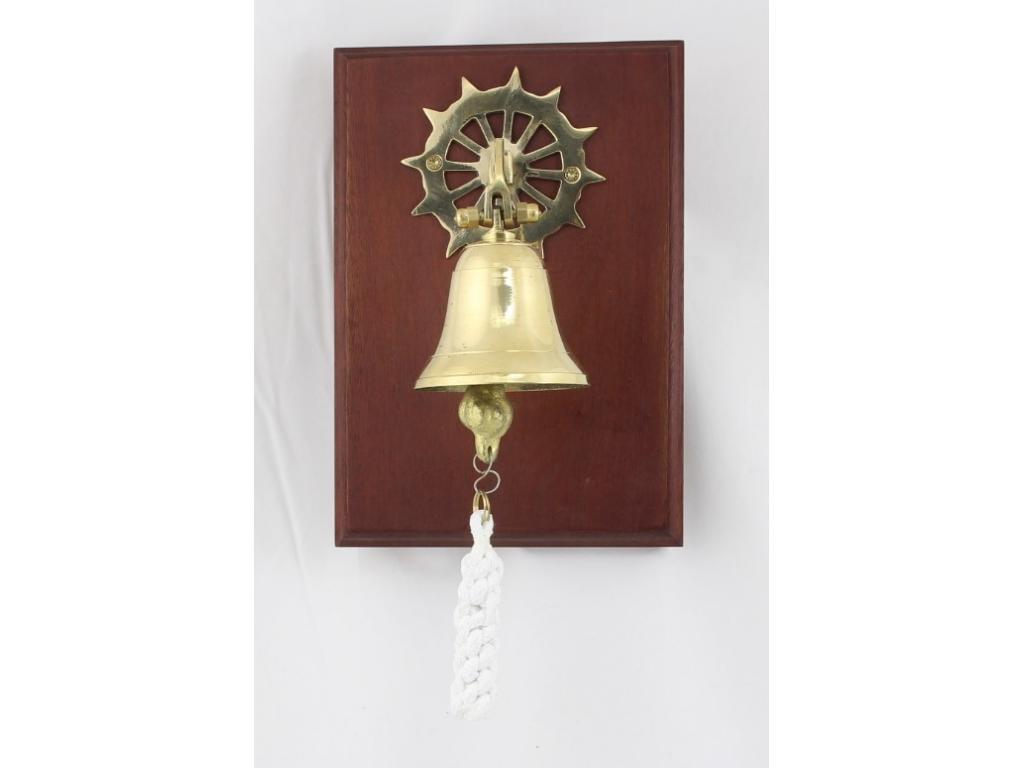 Камбана от плътен месинг, разположена на дървена поставка от махагон